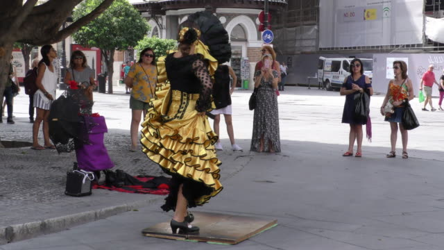 a street dancer perform the flamenco in sevilla spain on septembeer 14 2018 - flamenco musica spagnola video stock e b–roll