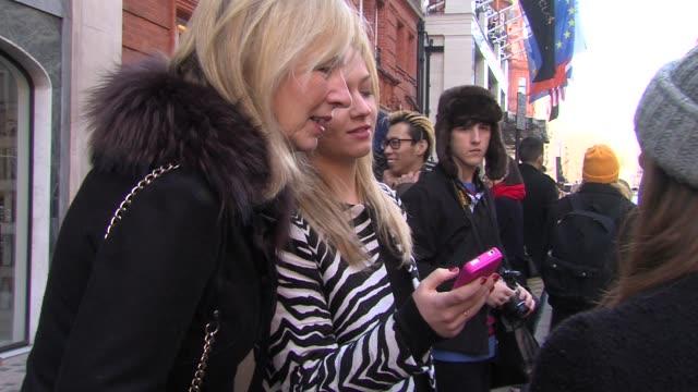 vidéos et rushes de atmosphere – street fashion at mulberry london fashion week a/w 2013 on february 17 2013 in london england - semaine de la mode