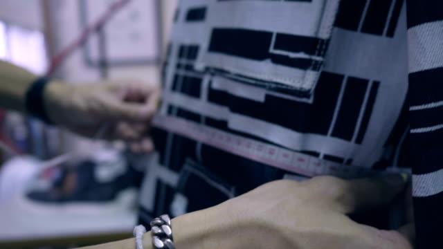 ストリート ・ ファッション: 男性ファッション ・ デザイナーの話 - トルソー点の映像素材/bロール