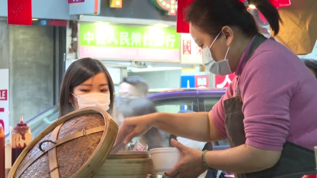 vídeos de stock, filmes e b-roll de street food stalls serve customers in hong kong's usually crowded districts of mong kok and sham shui po with people wearing masks during an outbreak... - mong kok