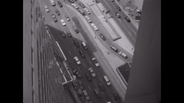 vídeos de stock, filmes e b-roll de street footage shot from the top of the world trade center in 1998 - ponto de observação