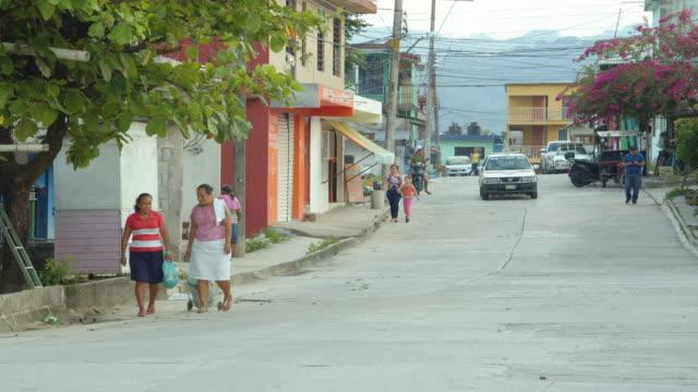 vídeos de stock, filmes e b-roll de a street in a mexican rural village. palenque, mexico - facade