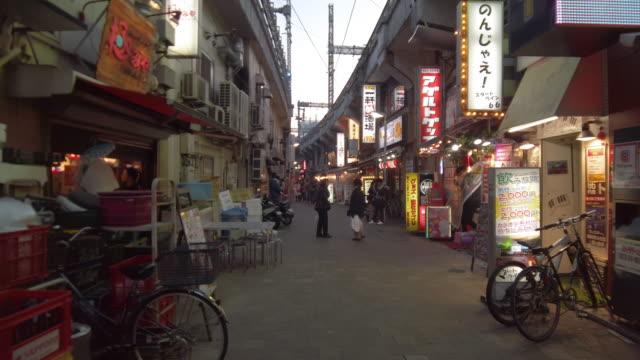 vídeos y material grabado en eventos de stock de ws slo mo street in city at sunset, okachimachi, tokyo, japan - lugar de comercio