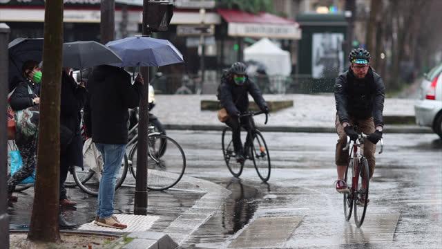 vídeos y material grabado en eventos de stock de street in paris. pedestrian crossing - paso de cebra