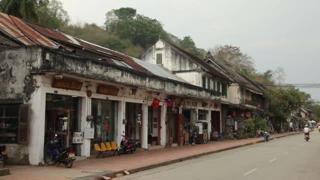 ws street in town / luang prabang, laos - 悪い状態点の映像素材/bロール