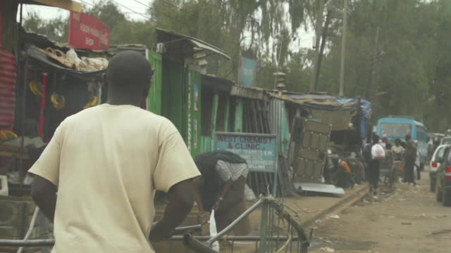 stockvideo's en b-roll-footage met street in uganda - sloppenwijk