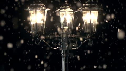 vídeos y material grabado en eventos de stock de grulla de alta definición: lámpara de la calle en la nieve - estilo victoriano