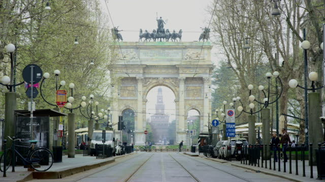 vídeos de stock, filmes e b-roll de street leading to arco della pace, milan. - arco característica arquitetônica