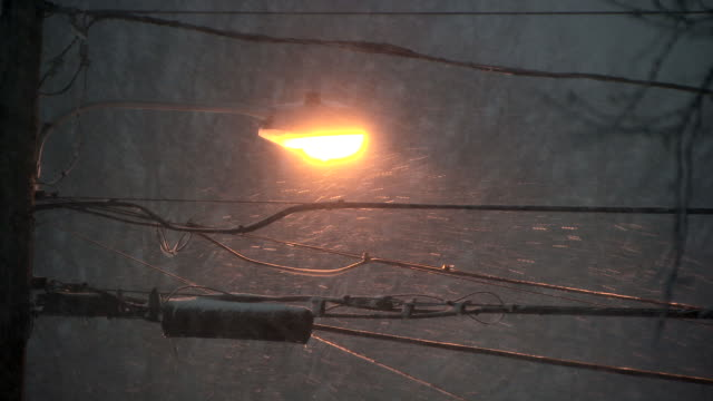 stockvideo's en b-roll-footage met street light and powerlines in heavy snowstorm - stroomuitval