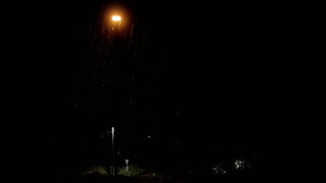 夜間の雷雨時の街路灯 - electric lamp点の映像素材/bロール