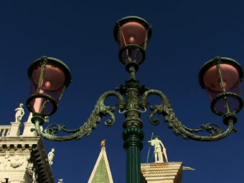 la cu td street light in st. mark's square near libreria sansoviniana, campanile, and column of san teodoro / venice, italy - male likeness stock videos & royalty-free footage