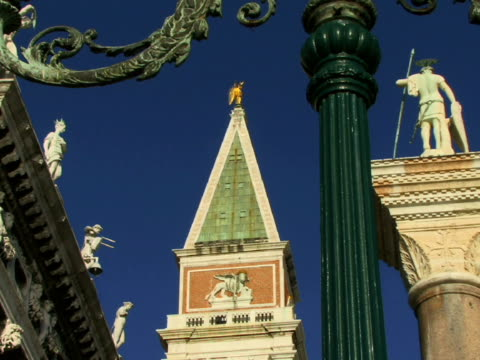 vidéos et rushes de la cu street light in st. mark's square near libreria sansoviniana, campanile, and column of san teodoro / venice, italy - représentation masculine