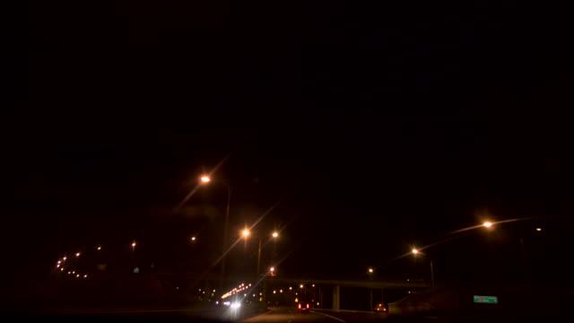 Straßenlaternen bei Nacht