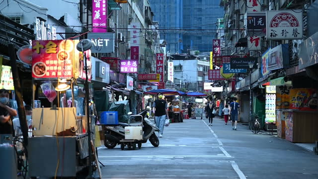 street market at dusk in taipei, taiwan, on friday, may 21, 2021. taiwan says u.s. vaccine aid would help shield chip industry. - taipei stock videos & royalty-free footage