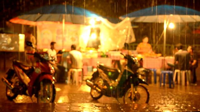 ストリートマーケットで、雨の季節の夜 - 濡れている点の映像素材/bロール