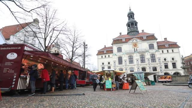 street market at town square, lüneburg, germany, on wednesday, february 12, 2020. - リューネブルグ点の映像素材/bロール