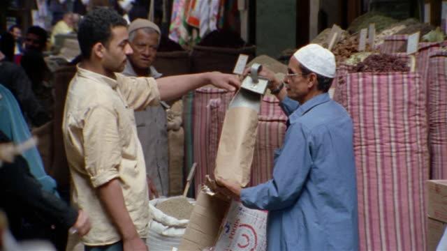 ms, street market, cairo, egypt - 中東点の映像素材/bロール