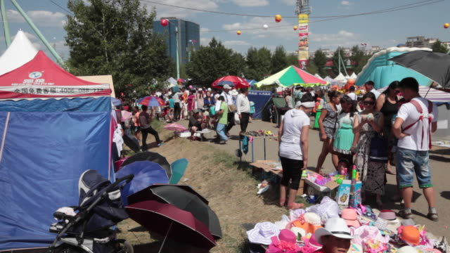 street market during the naadam festival in ulan bator, mongolia - mercato delle pulci video stock e b–roll