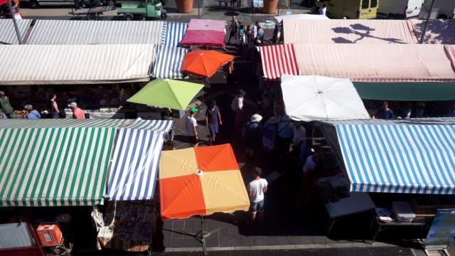 vidéos et rushes de marché de rue d'en haut dans la vieille ville de nice, france - étal de marché