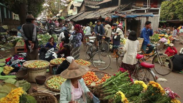 ws street market / prome, pyay, myanmar - ミャンマー点の映像素材/bロール