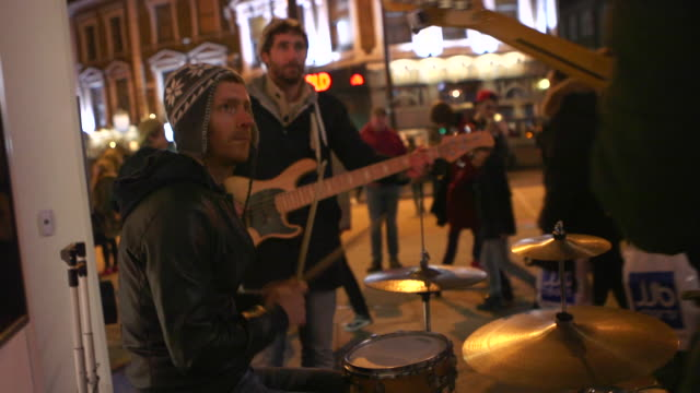 street music baskers playing at night - guitar stock videos & royalty-free footage