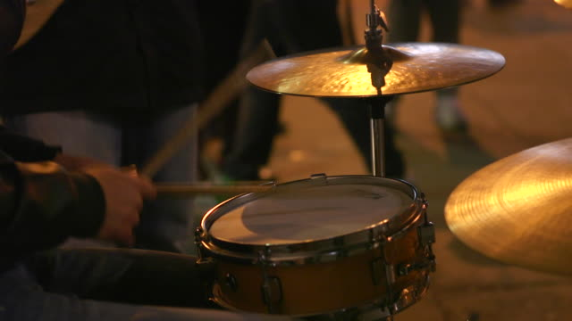 street music baskers playing at night - ミュージシャン点の映像素材/bロール