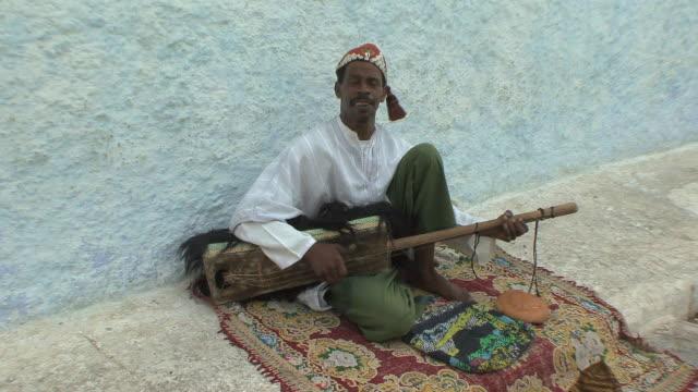 ws street musician in medina of oudaias, rabat, morocco - モロッコ文化点の映像素材/bロール