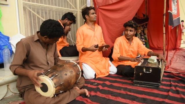 vídeos de stock, filmes e b-roll de street musician of rajasthan, india. - artista