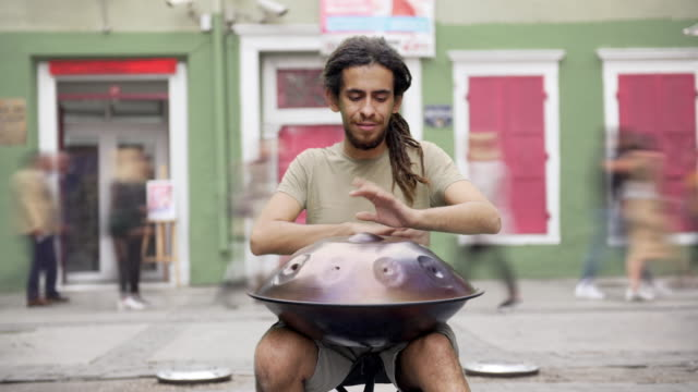 straßenmusiker spielt handpan (ton/audio verfügbar) - audio available stock-videos und b-roll-filmmaterial