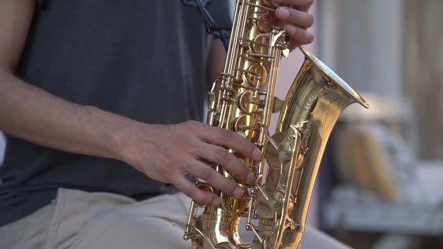 stockvideo's en b-roll-footage met straatmusicus die saxofoon speelt - messing about