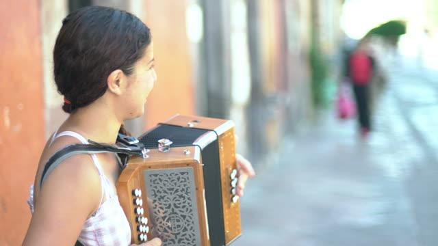 vídeos y material grabado en eventos de stock de street musician plays accordion, profile ms - acordeonista