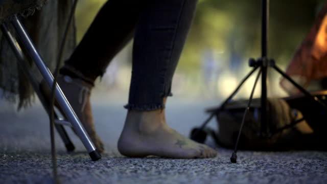 ストリートミュージシャン - アコースティックギター点の映像素材/bロール