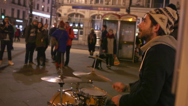 vídeos de stock, filmes e b-roll de street musicians are playing at night - performance group