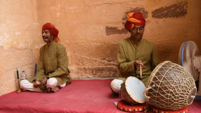 street musicians at mehrangarh fort, jodhpur, rajasthan, india. - musical instrument stock videos & royalty-free footage
