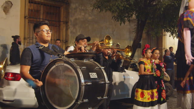 street musicians during oaxaca city calenda. a parade and celebration typical from oaxaca, at night. giant puppets named monos o marmotas - 史跡めぐり点の映像素材/bロール