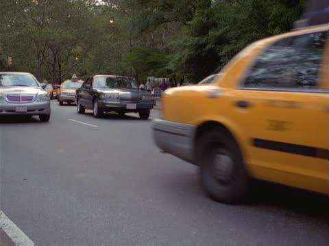 vídeos y material grabado en eventos de stock de a street near central park busy with taxi traffic. - artbeats