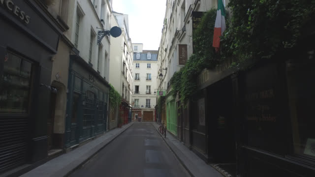 street of paris during confinement. under france's coronavirus pandemic lockdown. - frankreich stock-videos und b-roll-filmmaterial