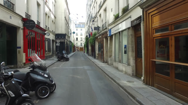 vidéos et rushes de street of paris during confinement. under france's coronavirus pandemic lockdown. - europe