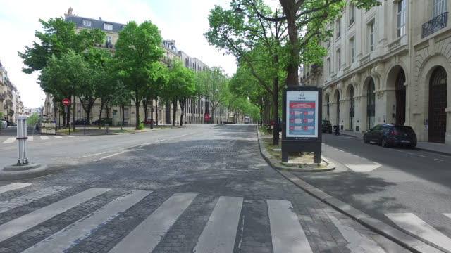 vidéos et rushes de street of paris during confinement. under france's coronavirus pandemic lockdown. - piéton
