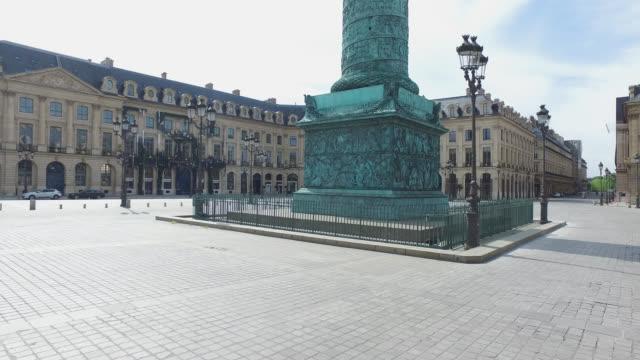 street of paris during confinement. under france's coronavirus pandemic lockdown. - paris france stock-videos und b-roll-filmmaterial