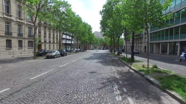 street of paris during confinement. under france's coronavirus pandemic lockdown. - kamerafahrt auf schienen stock-videos und b-roll-filmmaterial