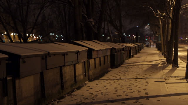 vidéos et rushes de street of paris , during curfew, after light snowfall overnight on february 10, 2021 in paris, france. the cold snap that hit the north of france... - trottoir