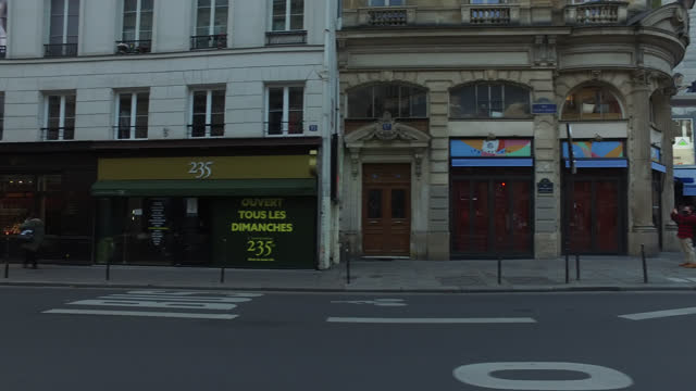 vidéos et rushes de street of paris during the second lockdown, france. france has imposed another national lockdown for at least four weeks as the number of coronavirus... - profil