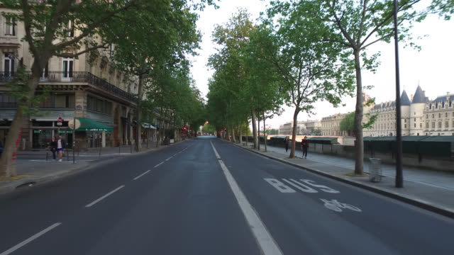 vidéos et rushes de street of paris - plan en travelling