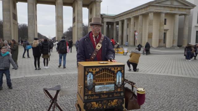 vídeos de stock, filmes e b-roll de street performer at brandenburg gate 50fps in berlin general views on february 07 2019 in berlin germany - artista