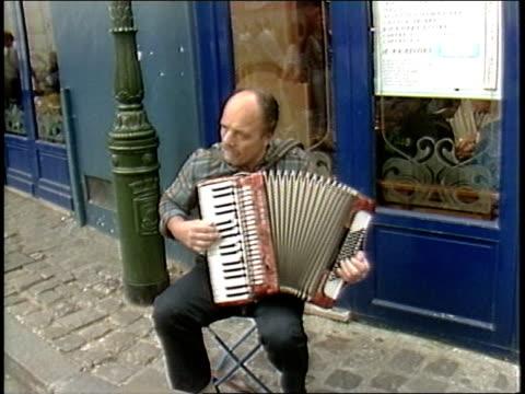 vídeos y material grabado en eventos de stock de street performer playing accordion in paris - acordeonista