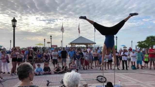 vídeos de stock, filmes e b-roll de street performers and vendors in mallory square, key west - ocupação artística