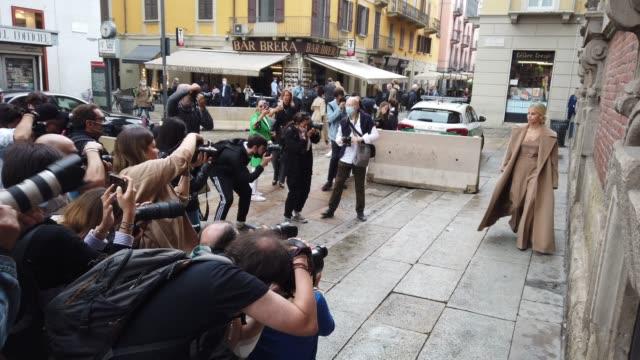 street photographers are photographing cara dour at the max mara fashion show during the milan women's fashion week on september 24, 2020 in milan,... - milano bildbanksvideor och videomaterial från bakom kulisserna