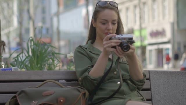 stockvideo's en b-roll-footage met straat fotografie - bank zitmeubels