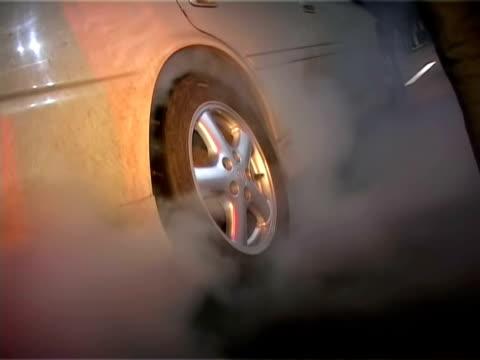 vídeos de stock, filmes e b-roll de corrida de rua. automóvel pneus queimando. automático esporte - bonde